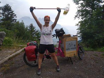 Cycle 2 Recycle: in bici attraverso le Alpi per raccogliere la plastica abbandonata