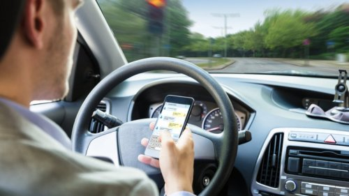Alla guida con il cellulare: licenza di uccidere