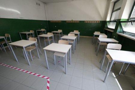 Edifici scolastici energivori e malsani ma si buttano soldi per comprare nuovi banchi
