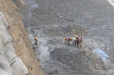 Si stacca costone di ghiacciaio himalayano: morti e dispersi. Gli esperti accusano dighe e cambiamenti climatici