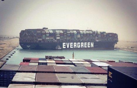 Una nave incagliata provoca perdite colossali: il gigante dai piedi di argilla della globalizzazione