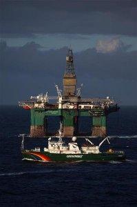 Le navi di Greenpeace contro la prima piattaforma petrolifera nell'Artico