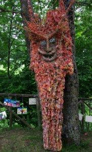 L'albero vagabondo contro i rifiuti in montagna