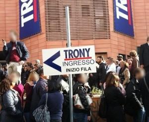 In fila per entrare da Trony: disperati senza futuro?