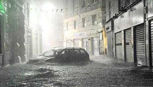 Maltempo: Genova in stato d'allerta. Esondati i torrenti, sette morti