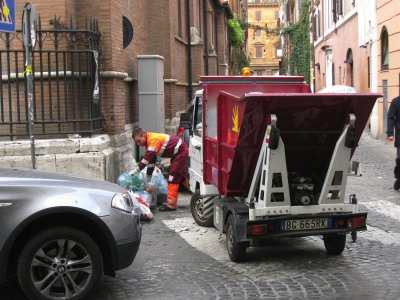 Reportage. La raccolta differenziata mista nel centro storico di Roma