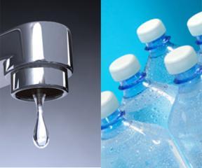 Rubinetto contro bottiglia, sull'acqua lo scontro è a suon di spot