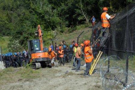 Blitz della polizia in Val di Susa, No Tav cade da un traliccio, è in coma