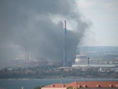 Incendio all'Ilva, nube nera nel cielo di Taranto
