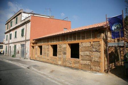 A Roma la prima casa di paglia costruita in città