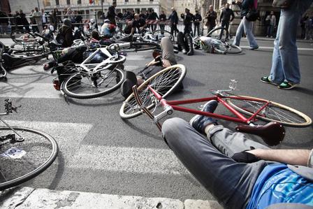 Salvaiciclisti, cittadini su due ruote in piazza per 'cambiare strada'