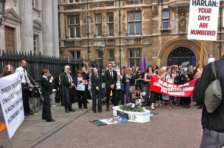 Vivisezione: a Cambridge un corteo funebre contro Harlan