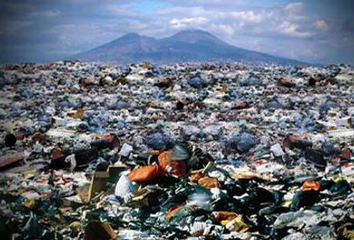 Napoli sepolta dai rifiuti come due anni fa. Arriva la bocciatura dall'Ue