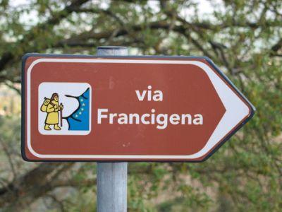 Unire i sentieri, a piedi per la via Francigena senese
