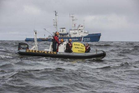 Trivellazioni: nave di Greenpeace costretta ad abbandonare l'Artico