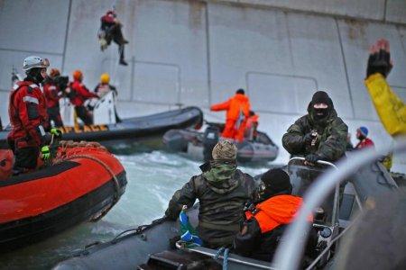 """Detenuti 30 attivisti di Greenpeace, """"la nostra è una protesta pacifica"""""""