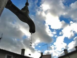 Acqua pubblica, la 'tariffa truffa' italiana e le richieste dei cittadini europei