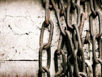 Il riscatto degli schiavi moderni, ossia come possiamo sfuggire allo sfruttamento economico