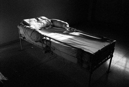 Psicofarmaci e ricoveri in reparti psichiatrici aumentano l'impulso al suicidio: i dati sconvolgenti di uno studio danese