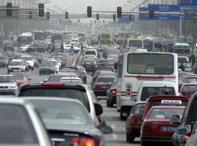 Auto lussuose che ammiccano nelle pubblicità, mentre lo smog ci uccide