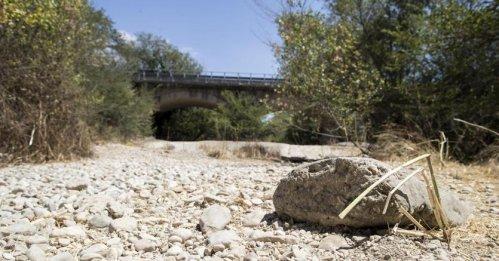 Dalle fonti del Po non esce più acqua. Agricoltura in ginocchio, piscine private piene e il Parlamento in vacanza