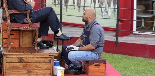 Stefano reinventa il mestiere: lustrascarpe a domicilio