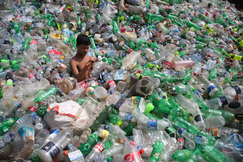 Plastica: vietare il monuso ridurrebbe del 40% i rifiuti nel mondo