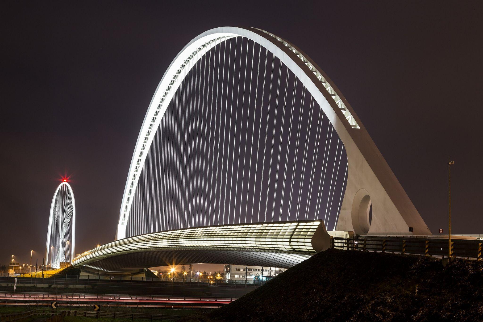A Pasqua l'Italia i soldi li butta anche nell'ovetto d'oro del ponte di Calatrava