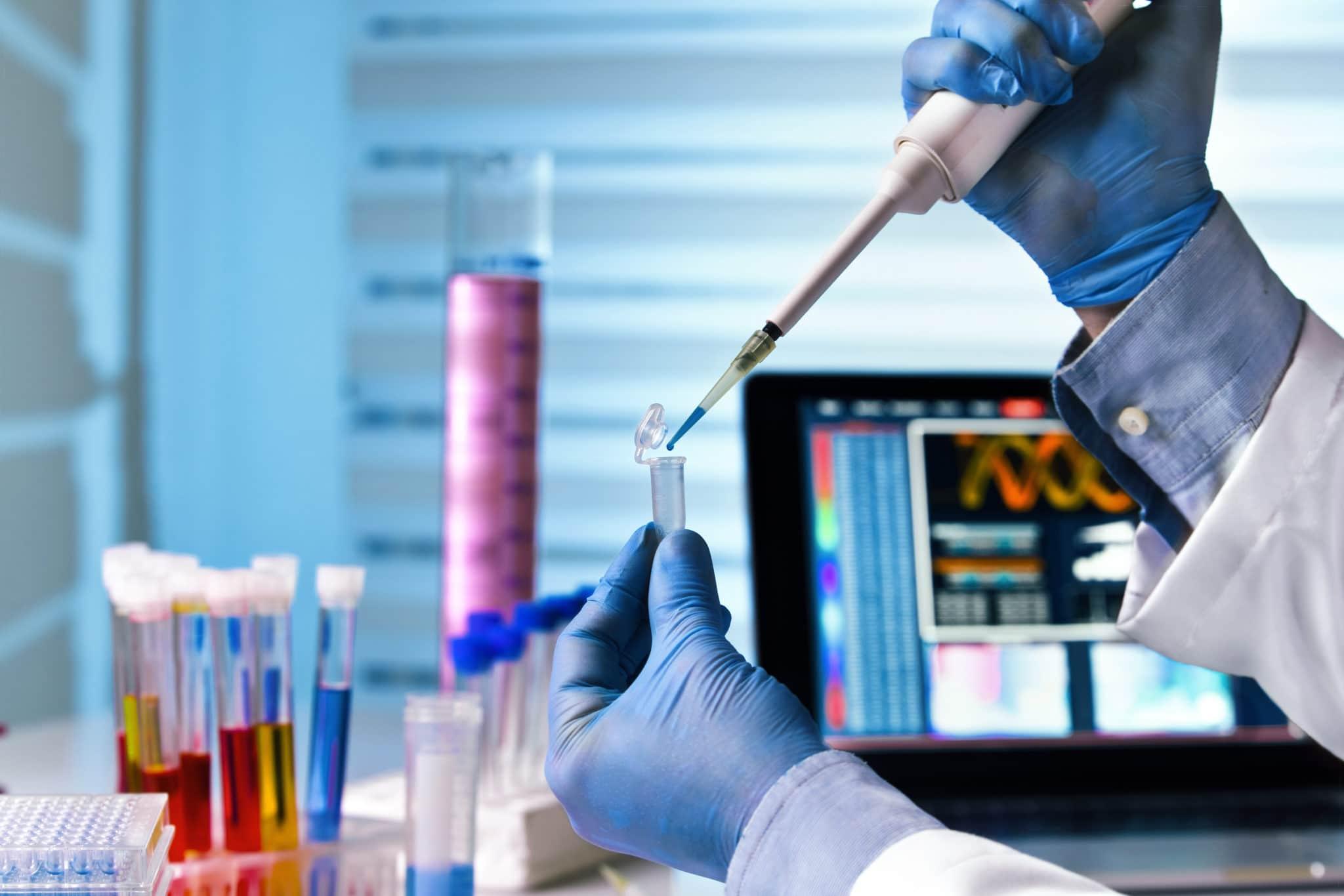 Vaccino Covid, le trattative in Ue dell'industria farmaceutica: tra negoziati segreti, conflitti di interesse e manleva sugli effetti avversi