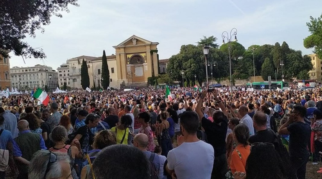 I manifestanti per il no al green pass: «Un lasciapassare non può condizionare diritti e libertà»