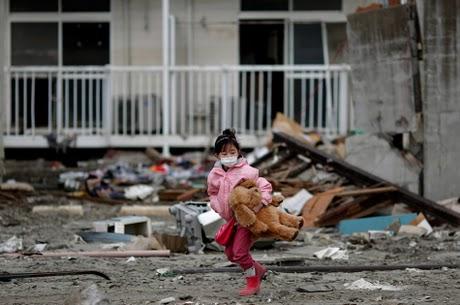 Giappone, un mese dopo: tra nuove scosse e minacce nucleari