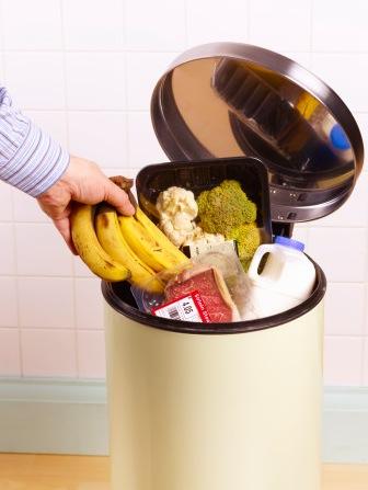 Regno Unito: un terzo del cibo finisce nella spazzatura