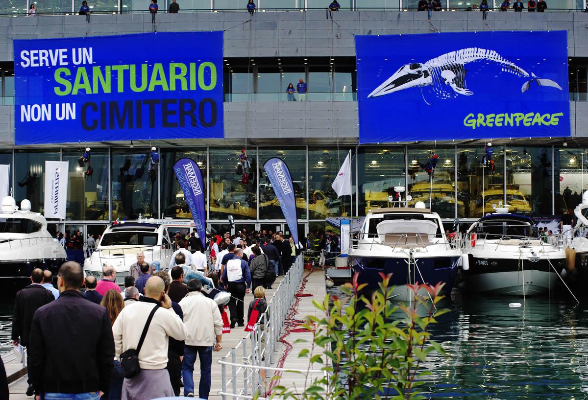 Balene, blitz di Greenpeace al Salone Nautico: