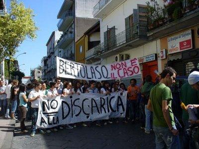 Terzigno, la protesta dei cittadini contro la discarica nel Parco