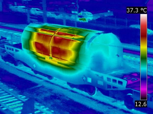 Il 'treno radioattivo' arriva a destinazione, civili incatenati ai binari
