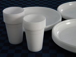 Rifiuti: anche piatti e bicchieri di plastica nella differenziata