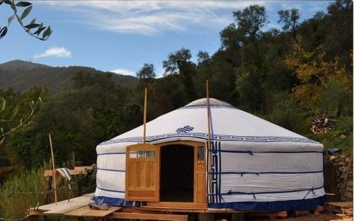 Vivere in yurta: la battaglia di una famiglia contro la burocrazia italiana