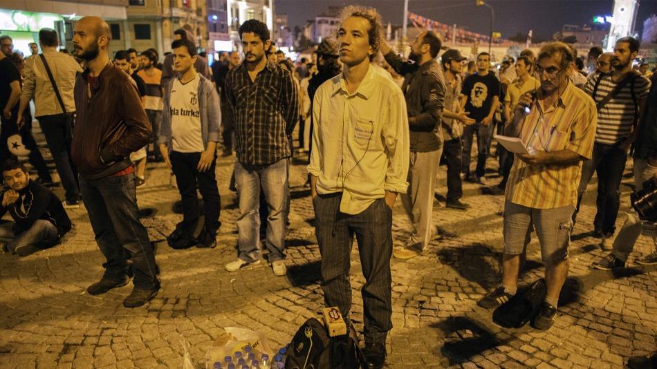 Immobili e in silenzio: la nuova forma di protesta in Turchia