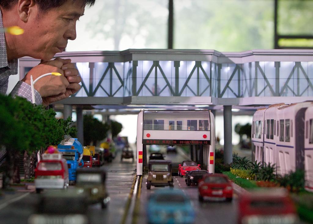 Straddling bus: ecco come la Cina 'scavalca' traffico e inquinamento