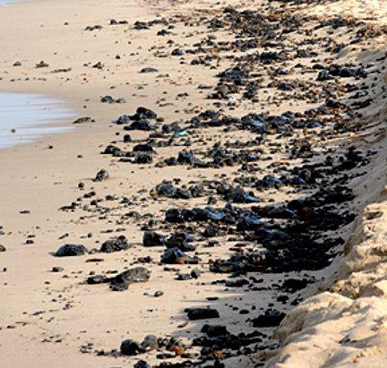 Porto Torres, il silenzio copre la marea nera