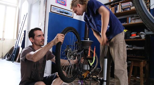 Contromano, il film che racconta storie non convenzionali e lo fa…in bicicletta