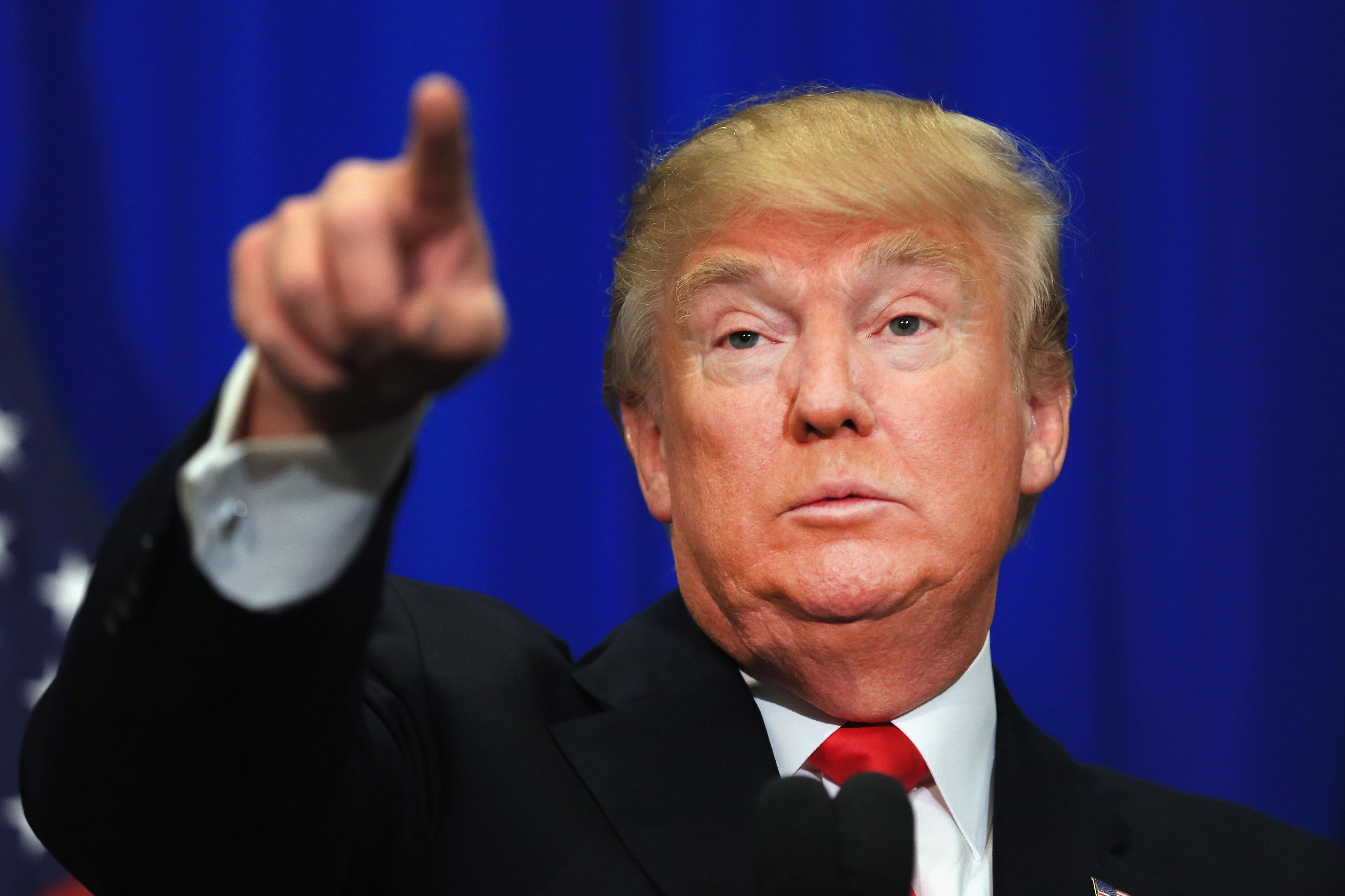 (ANSA – ALVARO VITALI) Donald Trump mentre propone all'inviato dell'Associated Press il celebre gioco del dito da tirare