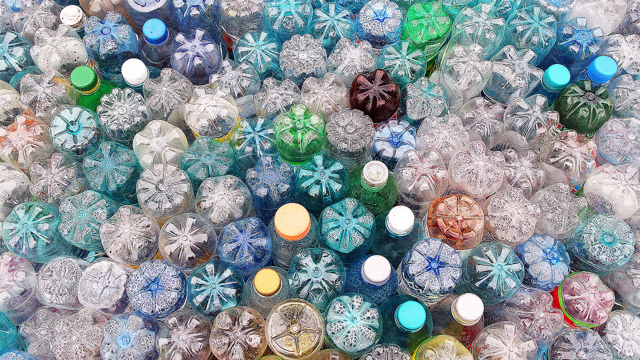 L'economia della crescita del PIL ci fa mangiare la plastica