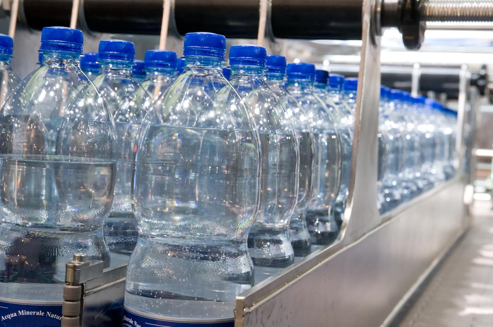 Acqua in bottiglia: un giro d'affari di 10 miliardi l'anno