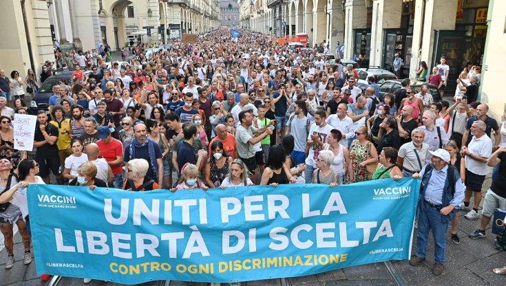 Green pass: decine di manifestazioni di protesta. Il giurista Mattei: «Strumento subdolo di esclusione sociale»